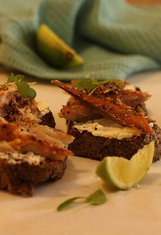 Smoked Peppered Mackerel Cream Cheese Slices on Carb Free Bread. Carb Free Bread, Real Food Recipes, Cooking Recipes, Green Zucchini, Banting Recipes, Lchf, Lunches, Paleo, Low Carb