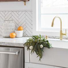 Orange County Interior Designer Lindye Galloway shares her tips on how to accessorize your kitchen to make it Pinterest worthy! #kitchen #kitchens #kitchenstyle #kitchendecor #interiordesign