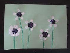 Blumen stempeln mit Petflasche und Korkzapfen