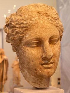 Cabeza femenina  representando a Igea,proveniente de  Tegea  en la Arcadeia,atribuida al escultor Escopas,realizada en  el siglo V AC Museo  N.  de  Atenas