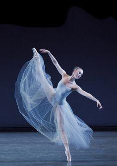 Teresa Reichlen in George Balanchine's Serenade. © Paul Kolnik. Ballet beautie, sur les pointes !