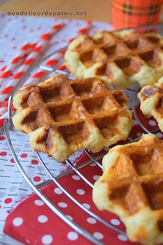 Cork waffles (straightforward recipe) For about fifteen waffles 375 gr of flour 135 ml of milk 35 gr of contemporary yeast 2 eggs teaspoon of salt 1 sachet of vanilla sugar 200 gr of butter 250 gr of pearl sugar ( 200 gr will likely be sufficient) Meat Recipes, Mexican Food Recipes, Low Carb Recipes, Cookie Recipes, Snack Recipes, Snacks, Waffle Cookies, Desserts With Biscuits, Tumblr Food
