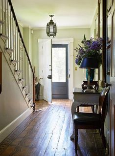 Bunny Williams stenciled the original pine floorboards in the entryway with a pattern resembling giant tortoiseshells.