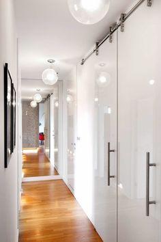 MIESZKANIE. Wewnętrzny korytarz nie jest aż tak długi, jak się wydaje - takie złudzenie wywołuje duża tafla lustra na ścianie. Gładkie białe...