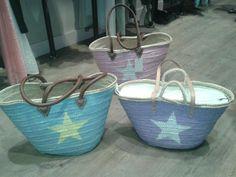 capazos paja, cestos, pintados, azul, malva, rosa, estrella. Algo bonito. www.algo-bonito.com