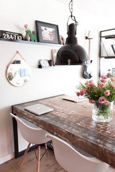 'De spiegel is van House Doctor, mijn favoriete merk. De lampen boven de tafel kocht ik bij Karwei. Wekenlang speurde ik Marktplaats af naar...