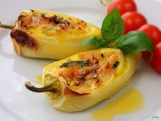 Jemná náplň z libové šunky, tvrdého sýru a čerstvé bazalky spolu s vejci výborně doplňuje chuť bílých paprik.