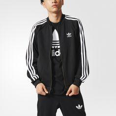 Esta chaqueta para hombre mantiene le legado Superstar vivo con un look atemporal de las Tres Rayas. confeccionada en tejido interlock con todos los detalles auténticos, incluyendo el emblemático collar Superstar.