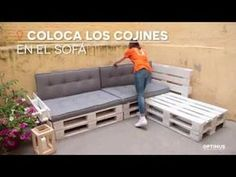 The Scandinavian decor is an excellent choice for small rooms and does not necessarily require a big budget. Pallet Furniture Shelves, Pallet Patio Furniture, Pallet Sofa, Recycled Furniture, Bedroom Colors, Diy Bedroom Decor, Diy Home Decor, Palette Deco, Diy Sofa