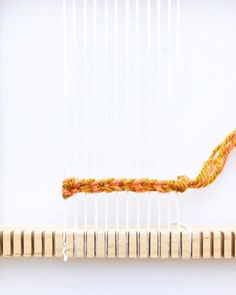 Weaving Tutorial - Twining with two colors Weaving Tutorial - Twining with two colors Learn how to twine with two colors in your weaving<br> Weaving Loom Diy, Weaving Art, Tapestry Weaving, Loom Weaving Projects, Rug Loom, Weaving For Kids, Macrame Wall Hanging Diy, Weaving Wall Hanging, Macrame Patterns