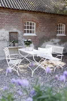 Gorgeous red brick as the back drop for the white garden furniture. Garden Pool, Garden Table, Glass Garden, Outdoor Dining, Outdoor Spaces, Outdoor Decor, Beautiful Space, Beautiful Gardens, Arte Shabby Chic
