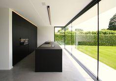 Big windows, black and white kitchen ? Home Interior Design, House Design, Interior Design Kitchen, Interior Design, House Interior, Home, Minimalist Kitchen, Concrete House, Black Kitchens