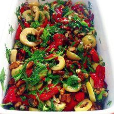 Yeşil zeytinli közlenmiş kırmızı biber salatası