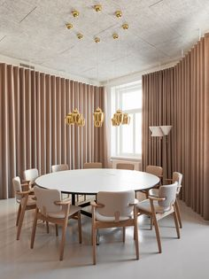 have designed Helsinki HQ as a working showroom that conveys the spirit of the Finish brand while showcasing the right balance between Artek and furniture. See more via link in bio☝🏼⠀ ⠀ Vitra Furniture, Office Furniture, Furniture Design, Showroom Design, Space Saving Furniture, Interior Design Tips, Helsinki, Office Interiors, Architecture