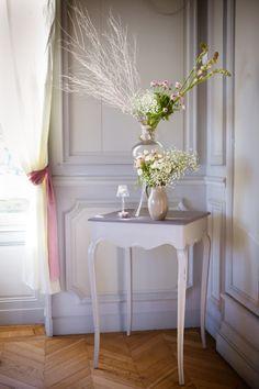 Une maison bourgeoise comme écrin pour ce mange debout époque mis en valeur par une composition florale tout en hauteur.  Photo : Steve Franco  Fleur :  Atelier Floral