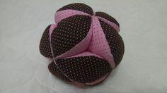 Bola Gominhos, mais um item divertido da nossa linha infantil, estimula a visão e o tato do bebê. Estruturada em manta acrílica. Recomendado para todas as idades.