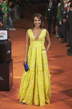 Paula Echevarría conquistó el festival con un elegante vestido amarillo con escote en pico y vuelo en la falda, que combinó con un pequeño clutch azul y coloridas joyas.