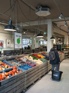 Sustainable supermarket: Interior design and project management by Heyligers design+projects. Seafood Shop, Smoothie Shop, Urban Design Concept, Supermarket Design, Food Retail, Store Layout, Fruit Shop, Retail Merchandising, Store Design