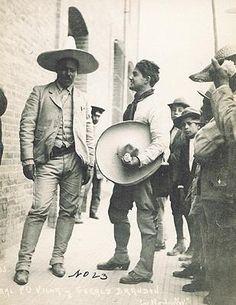 LEl Caudillo del Norte trajeado y con sombrero Pancho Villa dressed up Mexican Art, Mexican American, American History, Pancho Villa, Old Pictures, Old Photos, Latina, Mexican Revolution, Mexican Heritage