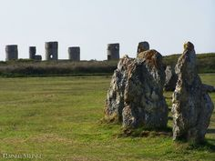 Die Steinreihen von Lagatjar (F).  Die Steinreihen von Lagatjar liegen auf der Halbinsel Crozon in der Bretagne im Département Finistère Frankreich. Das Alignement von Lagatjar (auch Lagat-Jar) befindet sich in der Nähe von Camaret-sur-Mer und soll ursprünglich aus bis zu 400 Steinen bestanden haben so dass die Gesamtlänge des Hauptbauwerkes früher 600 Meter erreichte. Viele der umgestürzten Steine aus weißem Quarzit wurden im Jahr 1928 wieder aufgerichtet so dass die Reihen heute aus 72…