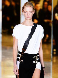 Anthony Vaccarello schenkt uns für den Frühling einen Trend, den wir schon im Schrank haben: weite, weiße T-Shirts.