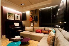 Decoração de: Sala de televisão - parede roxa; Casa de Valentina