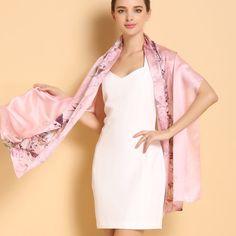 Vkusný a moderný dámsky hodvábny šál plný kvetov v ružovej farbe