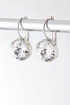 Beautifully classic a gorgeous diamond cut crystal is set in a timeless setting.