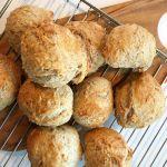 Lette koldhævede morgenboller Dough Recipe, Muffin, Food And Drink, Bread, Baking, Breakfast, Desserts, Foods, Recipes