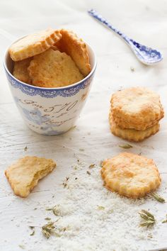 Parmesan and oregano cookies by Los Tragaldabas Great Recipes, Favorite Recipes, Homemade Crackers, Savoury Baking, Bread Machine Recipes, Mini Foods, Biscuit Recipe, Recipe For 4, No Bake Desserts