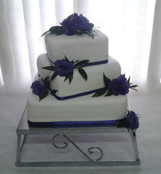tort weselny z żywymi kwiatami, tort weselny biało- fioletowy, tort weselny z kwiatami, weselne słodycze,weselne przysmaki, wesele w fioletowej kolorystyce