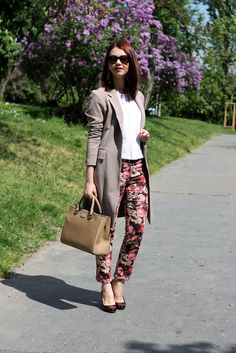 Long beige blazer, white shirt, floral trousers, burgundy pumps, spring look