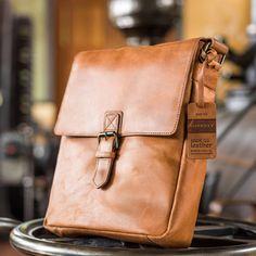 Fraaie leren schoudertas 798022 van Burkely in en een mooie vintage cognac kleur. #cognac #vintage #herentas #menbag #shoulderbag #leather