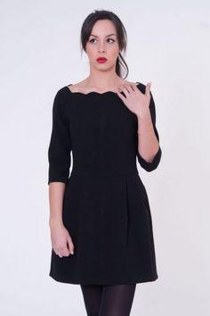 Vestido negro corto de vuelo  #invitadasboda #vestidoscortos #vestidosfiesta #nochevieja http://www.apparentia.com/mujer/vestidos/cortos/ficha/1575/vestido-negro-ondas/