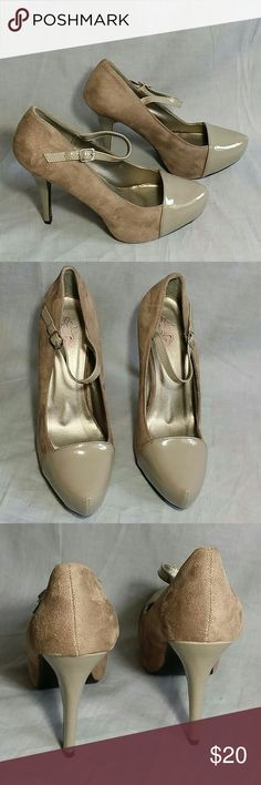 "Women's Dress Shoes Size 11 M Heels 5 "" Item is in a good condition NO PETS AND SMOKE FREE HOME. Upper  Micro fiber lining UP Shoes Shoes Heels"