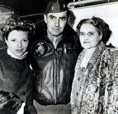 Tyrone Power with Annabella and his mother, while serving as a Marine (1940s)