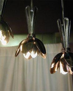 Estas lámparas con cucharas recicladas es una excelente propuesta para darle una segunda oportunidad a las cucharas viejas y crear una lámpara muy decorativa.