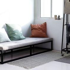 Med Cube har House Doctor skabt en smuk nyfortolkning af 50'ernes ikoniske daybed. Cube er en minimalistisk daybed med et flot, sort jernstel.