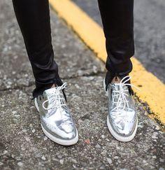 O sapato oxford democratizou e virou tendência de moda entre as mulheres. Confira como um oxford prateado é capaz de deixar qualquer look mais interessante.