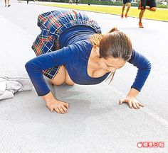 馬友蓉示範伏地挺身,巨乳快垂到地面上。陳奕廷攝
