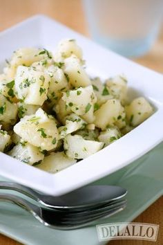 No Mayo Italian Potato Salad | This potato salad recipe is so easy to whip up. It's great for feeding a crowd.