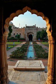 Roshnai Gate, Lahore   Pakistan (by Naeem Rashid)