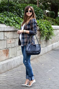 Statement blazer and jeans for casual #maternitystyle #stylishpregnancy
