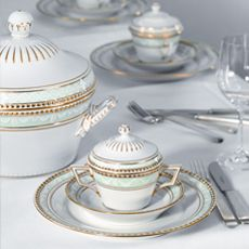 The porcelain pieces of KPM Berlin, purchased by King Frederick the Great in 1763, are a very appreciated present for politicians like Michail Gorbatschow and Barack Obama.