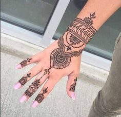 Henna tattoos While traditional mehndi is synonymous with Indian weddings, many modern Indian brides have started opting for contempo. Henna Tattoo Hand, Henna Tattoo Designs, Henna Tattoos, Henna Tattoo Muster, Bridal Henna Designs, Henna Designs Easy, Beautiful Henna Designs, Mehndi Designs For Hands, Bridal Mehndi