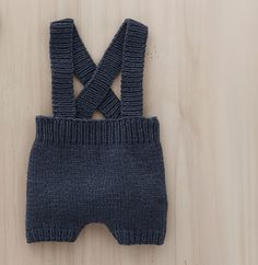 Baby knitting patterns: our favorite models - Baby overalls knitting pattern Crochet For Boys, Cute Crochet, Crochet Baby, Baby Boy Knitting Patterns, Knitting For Kids, Knitted Baby Clothes, Crochet Clothes, Diy Shorts, Baby Costumes