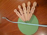 Απλή κατασκευή με ξύλινα μανταλάκια.