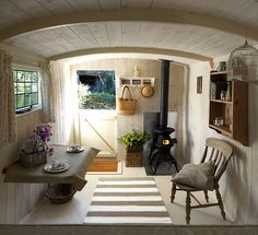 Live, Life, Love and Laughter: shepherd's hut hideaway Small Space Living, Living Spaces, Cottage Shabby Chic, Monsaraz, Shepherds Hut, Cabins And Cottages, Tiny Spaces, Tiny House Living, Tiny House Design