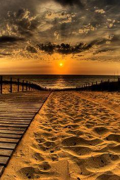 En la playa dorada
