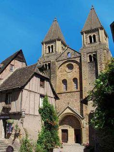 Conques (Aveyron) : l'église abbatiale Sainte-Foy, grand centre de pèlerinage et étape sur le chemin de Saint-Jacques de Compostelle au Moyen-âge.
